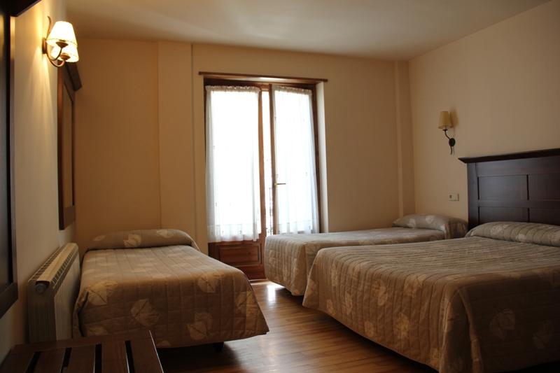 Habitaci n cu druple hotel el rantiner for Descripcion de una habitacion de hotel